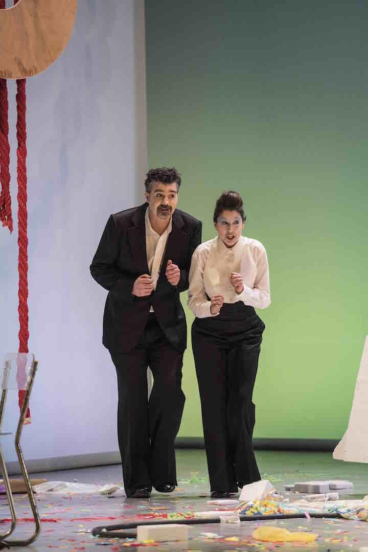 Despina, Cosi fan tutte, Nederlandse Reisopera 2016 (Robert Davies as Don Alfonso) Photo: Marco Borggreve